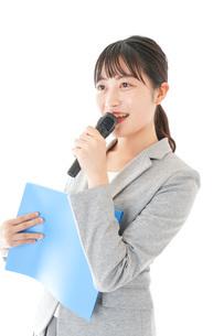 プレゼンテーション・司会をする若いビジネスウーマンの写真素材 [FYI04727038]
