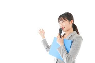 プレゼンテーション・司会をする若いビジネスウーマンの写真素材 [FYI04727047]