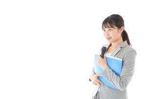 プレゼンテーション・司会をする若いビジネスウーマンの写真素材 [FYI04727048]