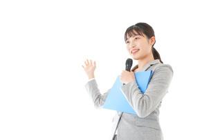 プレゼンテーション・司会をする若いビジネスウーマンの写真素材 [FYI04727053]