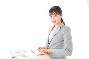オフィスでデスクワークをする若いビジネスウーマンの写真素材 [FYI04727094]