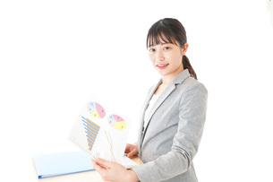オフィスでデスクワークをする若いビジネスウーマンの写真素材 [FYI04727105]