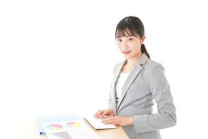 オフィスでデスクワークをする若いビジネスウーマンの写真素材 [FYI04727122]