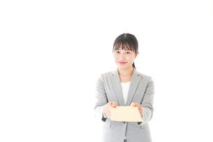 書類を提出する若いビジネスウーマンの写真素材 [FYI04727149]