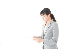 書類を提出する若いビジネスウーマンの写真素材 [FYI04727156]