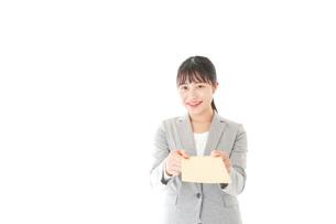 書類を提出する若いビジネスウーマンの写真素材 [FYI04727157]