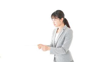 書類を提出する若いビジネスウーマンの写真素材 [FYI04727165]