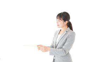 書類を提出する若いビジネスウーマンの写真素材 [FYI04727166]