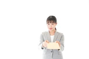 書類を提出する若いビジネスウーマンの写真素材 [FYI04727175]