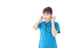聴診器を使う笑顔の若いナースの写真素材 [FYI04727225]