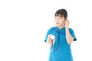 聴診器を使う笑顔の若いナースの写真素材 [FYI04727229]