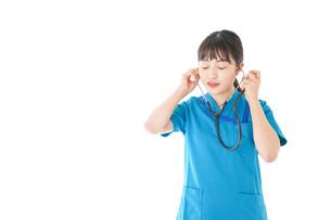 聴診器を使う笑顔の若いナースの写真素材 [FYI04727230]