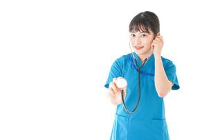 聴診器を使う笑顔の若いナースの写真素材 [FYI04727231]