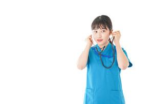 聴診器を使う笑顔の若いナースの写真素材 [FYI04727232]