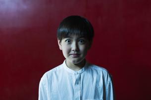 男の子 赤の写真素材 [FYI04727239]