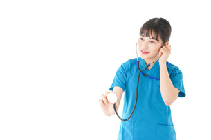 聴診器を使う笑顔の若いナースの写真素材 [FYI04727241]