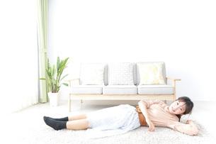 自宅でくつろぐ女性の写真素材 [FYI04727246]