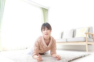 自宅でくつろぐ女性の写真素材 [FYI04727252]