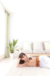 自宅でくつろぐ女性の写真素材 [FYI04727253]