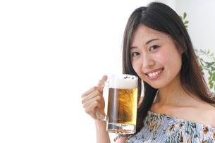 自宅でお酒を飲む女性の写真素材 [FYI04727257]
