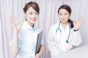 OKサインをするドクターとナースの写真素材 [FYI04727284]