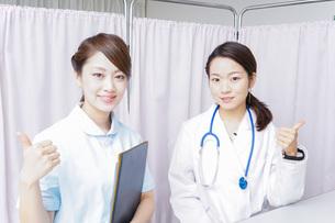 グッドサインをする医師とナースの写真素材 [FYI04727288]