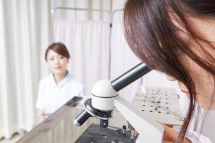 顕微鏡を見る医師と看護師の写真素材 [FYI04727293]