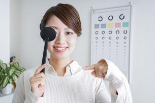 視力検査をする女性の写真素材 [FYI04727300]