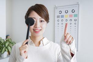視力検査をする女性の写真素材 [FYI04727305]