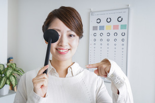 視力検査をする女性の写真素材 [FYI04727306]