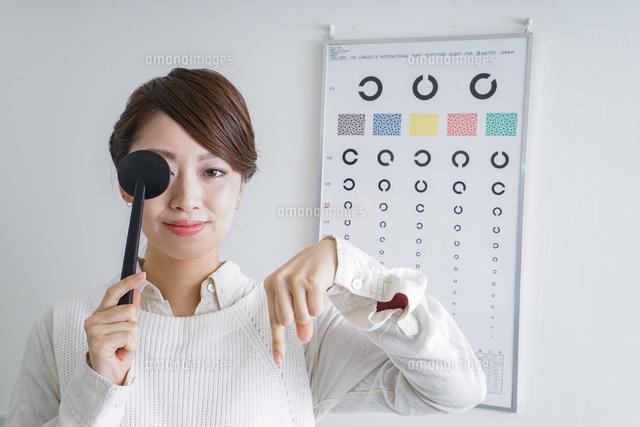 視力検査をする女性の写真素材 [FYI04727307]
