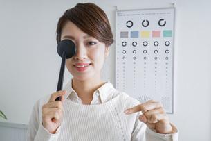 視力検査をする女性の写真素材 [FYI04727308]