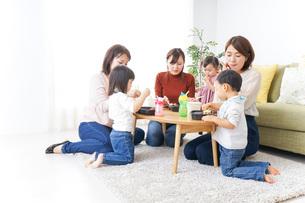 ランチパーティーをするママ友と子供の写真素材 [FYI04727325]