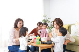 ランチパーティーをするママ友と子供の写真素材 [FYI04727327]