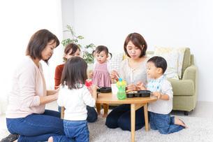 ランチパーティーをするママ友と子供の写真素材 [FYI04727331]