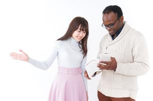 外国人観光客を英語で案内する若い女性の写真素材 [FYI04727353]