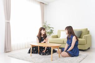 家で女子会する若い女性の写真素材 [FYI04727400]
