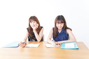勉強する2人の女性の写真素材 [FYI04727403]
