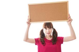 コルクボードを持つ女性の写真素材 [FYI04727436]