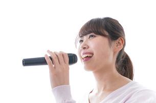 カラオケで歌う女性の写真素材 [FYI04727457]