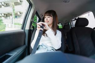 Woman go into a carの写真素材 [FYI04727464]