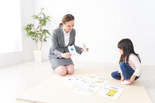 英語教室でネイティブ教師の授業を受ける子どもの写真素材 [FYI04727476]