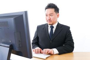 メールチェックをするビジネスマンの写真素材 [FYI04727487]