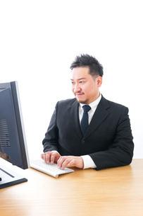 メールチェックをするビジネスマンの写真素材 [FYI04727490]