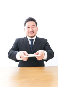辞表を提出するビジネスマンの写真素材 [FYI04727510]