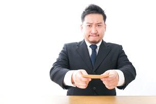 辞表を提出するビジネスマンの写真素材 [FYI04727512]