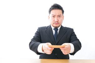 辞表を提出するビジネスマンの写真素材 [FYI04727513]