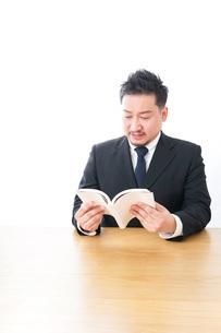 読書をするビジネスマンの写真素材 [FYI04727515]