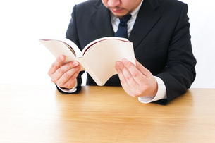 読書をするビジネスマンの写真素材 [FYI04727516]
