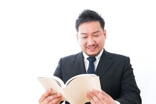 読書をするビジネスマンの写真素材 [FYI04727517]